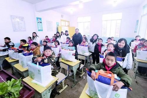 逐班為學生贈送物資