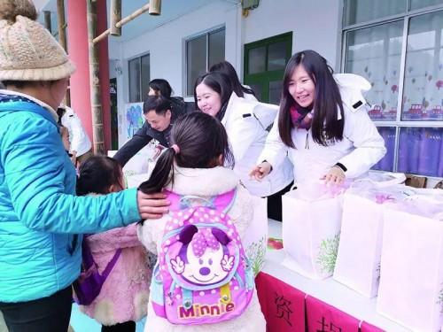 考察團向加榜鄉中心幼稚園小朋友捐贈物資