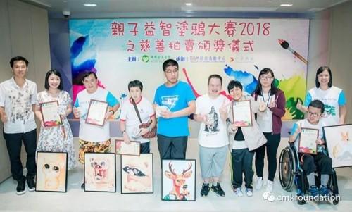 嘉賓為親子塗鴉大賽優異獎獲得者頒獎